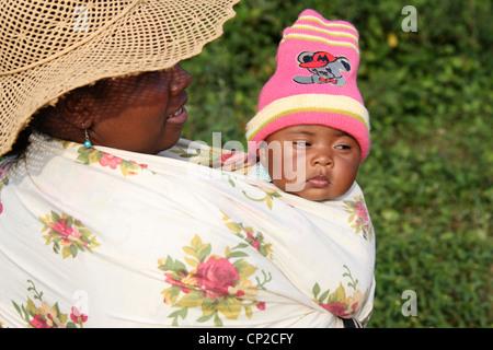 Malagasy Mother and Baby, Andasibe Village, Toamasina Province, Madagascar, Africa. - Stock Image