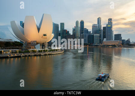 Singapore business district skyline and Singapore skyscraper in night at Marina Bay. Asia - Stock Image