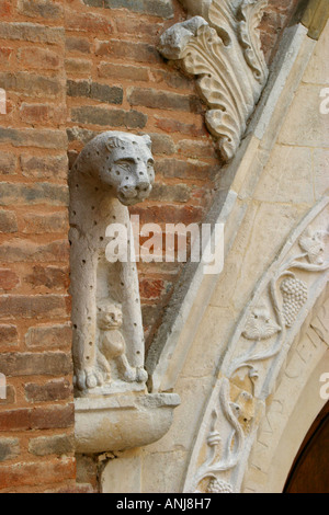 charming  carving of leopard and cub on the portal  of the church of St Agostino (15th century)  in Amandola, le - Stock Image