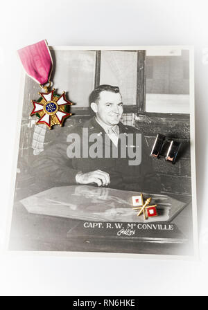 Still Life, WWII United States Officer Photograph, Insignia and Medal - Stock Image