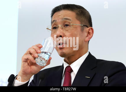 Yokohama, Japan. 14th May, 2019. Japan's automobile giant Nissan Motor president Hiroto Saikawa drinks water as he announces the company's financial result ended March 31 at the Nissan headquarters in Yokohama, suburban Tokyo on Tuesday, May 14, 2019. Nissan posted operating profit of 318.2 billion yen and net revenues of 11.57 trillion yen for the fiscal year 2018. Credit: Yoshio Tsunoda/AFLO/Alamy Live News - Stock Image
