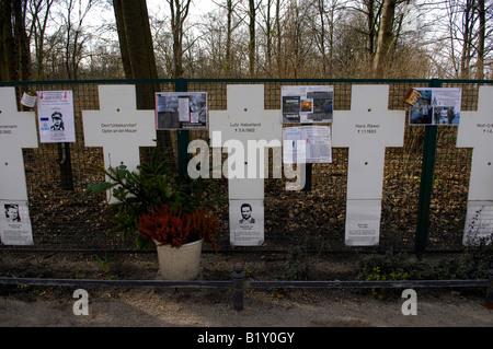 detail berlin wall unofficial memorial tiergarten germany deutschland fall of communism dedication white crosses - Stock Image