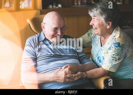 Lachendes Seniorenpaar in häuslicher Umgebung - Stock Image
