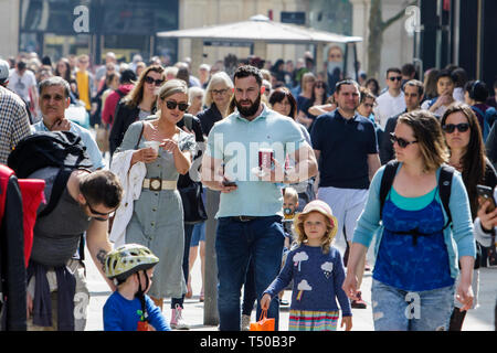 Bath, Somerset, UK. 19th Apr, 2019. With many parts of the UK expecting to experience very warm weather over the easter bank holiday period shoppers are pictured enjoying the warm sunshine in Bath. Credit: lynchpics/Alamy Live News - Stock Image