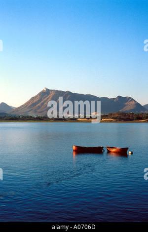 Monsoon Palace and Two Boats on Lake Pichola, Udaipur, Rajasthan, India - Stock Image