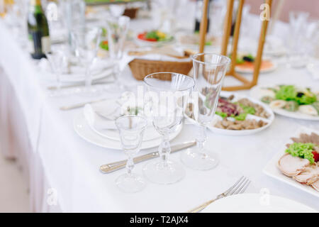 Wedding place setting with drinking glasses - Stock Image