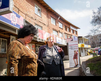 MOSCOU, RUSSIE, MAI 7 : Deux femmes non loin de la gare de Iaroslav a Moscou le 7 mai 2010, Russie. - Stock Image