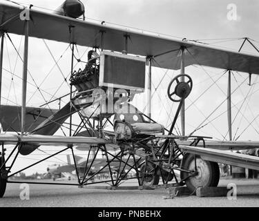 CIRCA 1911 CURTISS PUSHER MODEL D ENGINE AND PROPELLER ARE MOUNTED BEHIND THE PILOT RESTING ON A TRICYCLE WHEEL UNDERCARRIAGE - a3246 BAU001 HARS OLD FASHIONED - Stock Image