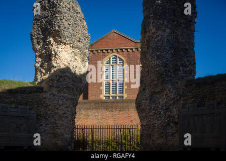 The main Victorian building of Reading Prison viewed through the ruins of Reading Abbey, Berkshire - Stock Image