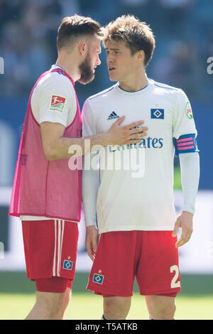 Hamburg, Deutschland. 20th Apr, 2019. Manuel WINTZHEIMER (left, left) and Gotoku SAKAI (HH) are disappointed after the end of the game, disappointed, disappointed, disappointed, sad, frustrated, frustrated, late-frosted, half figure, half figure, portrait format, football 2nd Bundesliga, 30th matchday, HSV Hamburg Hamburg Hamburg (HH) - FC Erzgebirge Aue (AUE) 1: 1, on 20.04.2019 in Hamburg/Germany. ¬ | usage worldwide Credit: dpa/Alamy Live News - Stock Image