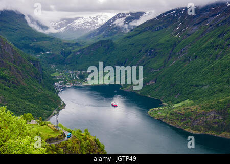 Scenic view to village at end of Geirangerfjorden fjord from high Eagles Road viewpoint. Geiranger, Sunnmøre - Stock Image