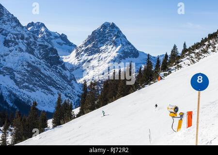 Blaue Piste, Skifahrer bei der Abfahrt, - Stock Image