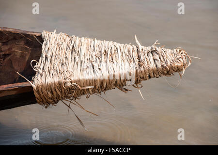 Palmas, Tocantins State, Brazil. 29th October, 2015. The palm-rope bound prow of a competing canoe drips into the - Stock Image