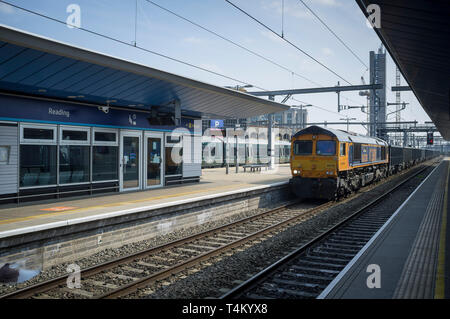 A freight train pulls into Reading Station - Stock Image