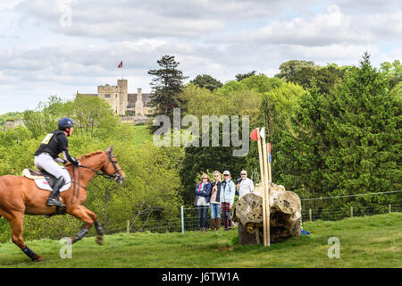 Rockingham Castle, Corby, UK. 21st May, 2017. Oliver Townend and his horse Shearwater Sportsfield run towards a - Stock Image