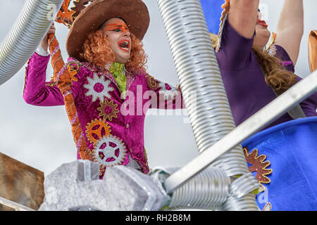 Joyful man in pink costume on a float with Fabrica dos Sonhos - Amigos da Tijuca - Mealhada Carnaval parade - - Stock Image