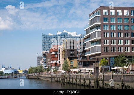 Modern architecture, including Elbe Philharmonic concert hall, alongside Elbe river waterfront, HafenCity, Hamburg, Germany. - Stock Image