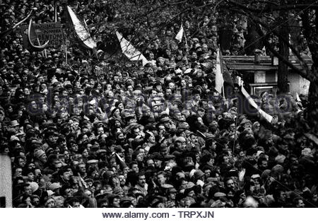 Czechoslovakia, Prague,1989 during the Velvet Revolution, the fall of communism in Eastern Europe. Celebrating the fall of the communist government by in Wenceslas Square . COPYRIGHT PHOTOGRAPH BY BRIAN HARRIS  © 07808-579804 - Stock Image