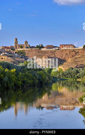 The 12th-century Colegiata de Santa Maria la Mayor and the town of Toro above the Río Duero. Castilla y León, Spain. - Stock Image
