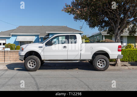 Ford F-150 XLT 5.4 Triton pickup, white, parked in front of house; Sunnyvale, California, USA - Stock Image