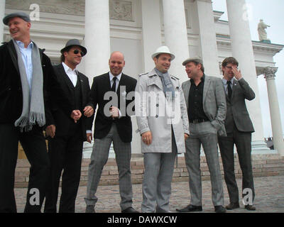German jazz singer Roger Cicero (3-R) and his band pose in Helsinki, Finland, 09 May 2007. Cicero will represent - Stock Image
