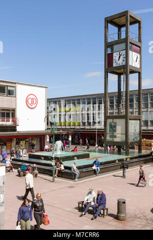 The Clock Tower and Raised Pool at the Town Centre of Stevenage New Town, by Leonard Vincent, 1957-59. - Stock Image