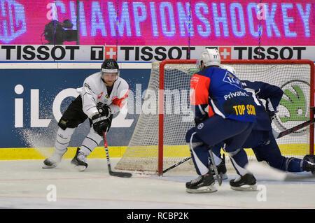 Ryan Lasch (Frolunda; left) scores during the return match of ice hockey Champions League play off semifinal HC Skoda Plzen vs Frolunda Indians, on January 15, 2018, in Pilsen, Czech Republic. (CTK Photo/Miroslav Chaloupka) - Stock Image