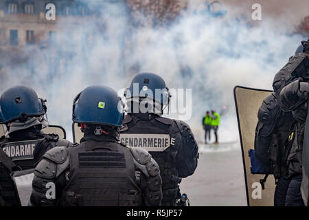 Paris, France. 1st December, 2018. Police forces and Gendarmerie at Arc de Triomphe during the Yellow Vests protest against Macron politic. Credit: Guillaume Louyot/Alamy Live News - Stock Image