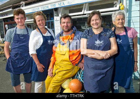 Fresh from the Sea, Port Isaac, Cornwall, UK, with owners Callum (in waterproofs) & Tracey (all blue) Greenhalgh in middle. - Stock Image