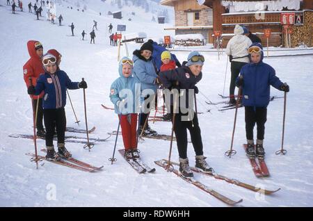 1960s, group of happy children on the ski slopes - Stock Image