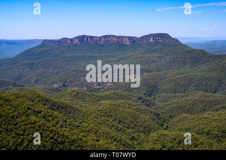 Mount Solitary, in Blue Mountains National Park, seen from Wollumai lookout, Katoomba, New South Wales, Australia. - Stock Image