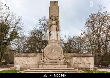 'Monument au Pigeon Voyageur'  (monument for carrier pigeons) near the entrance of the zoo in Lille, France - Stock Image