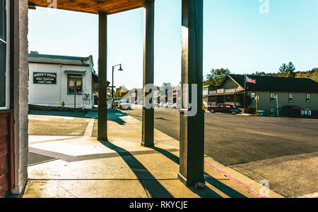 A vintage car turns onto Main Street of the historic small town of Julian in California. - Stock Image