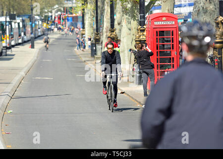 London, England, UK. Cyclists riding on the cycle path along the Victoria Embankment. - Stock Image