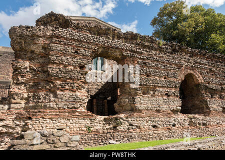 Roman arches in ruined wall of Roman Baths, Jewry Wall Museum, Leicester, England, UK - Stock Image