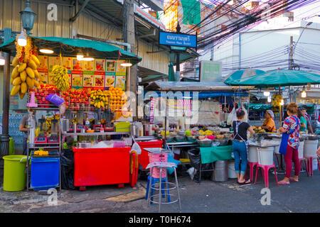 Food stalls, Thanon Ram Buttri, Rambuttri road, Banglamphu, Bangkok, Thailand - Stock Image