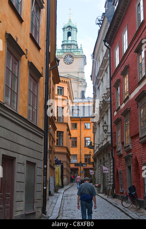 Stora Gramunkegrand in the Old Town of Stockholm, Sweden. The cathedral of Stockholm in the background. - Stock Image