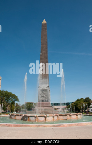 USA, Indiana, Indianapolis, Indiana War Memorial Plaza, fountain and obelisk - Stock Image