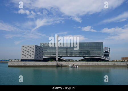 The Arcapita Bank building with the East Park Mosque, Arcapita Mosque, to the left, Bahrain Bay, Manama, Kingdom of Bahrain - Stock Image