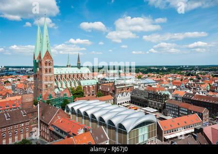 Europa, Deutschland, Mecklenburg-Vorpommern, Lübeck, Blick vom Turm der Petrikirche über die Altstadt und auf die Marienkirche, - Stock Image