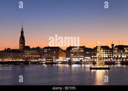 Blick über die Binnenalster zum Weihnachtsmarkt am Jungfernstieg und dem Rathaus, Hamburg, Deutschland - Stock Image