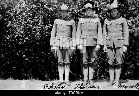 Three stiffly posed doughboys stand together for a portrait, ca. 1918. - Stock Image