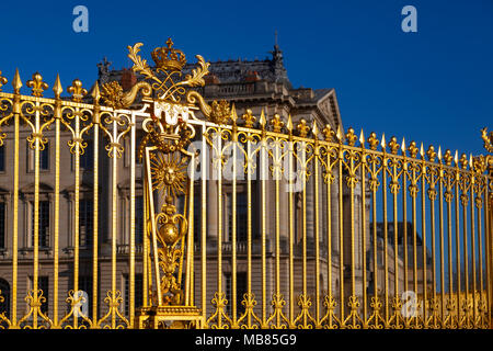 Chateau de Versailles (Palace of Versailles), a UNESCO World Heritage Site, France -a section of the gilded railings to the front of the palace - Stock Image