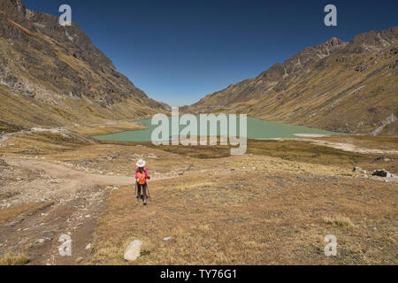 View of Lake Jankha Khota along the Cordillera Real Traverse, Bolivia - Stock Image