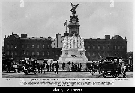 View of the Queen Victoria Memorial, in front of Buckingham Palace, London. It was unveiled in 1911.     Date: circa 1910s - Stock Image