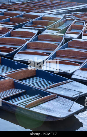 Cambridge, UK. 30th Jan, 2019. Punts dusted with snow, on River Cam, Cambridge, UK. 30th Jan, 2019. UK Weather Credit: Alan Copson City Pictures/Alamy Live News - Stock Image
