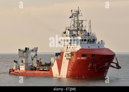 Offshore support vessel VOS Sweet arriving in Cuxhaven - Stock Image