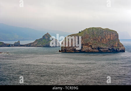 The islets Aketze, right, and San Juan de Gaztelugatxe, filming location for the TV series Game of Thrones, in the Bay of Biscaya, Bakio, Spain - Stock Image