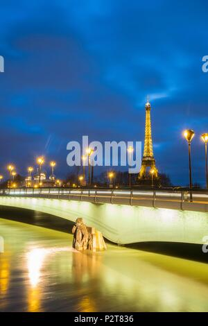 France, Paris, area listed as World Heritage by UNESCO, the Seine flood in January 2018 at 5,85m, the Zouave of the Alma bridge and the Eiffel Tower (© SETE-illuminations Pierre Bideau) - Stock Image