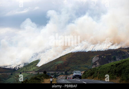 Wildfire on the Llantysilio hills close to the Horseshoe Pass above Llangollen in North Wales, caused by heatwave temperatures - Stock Image